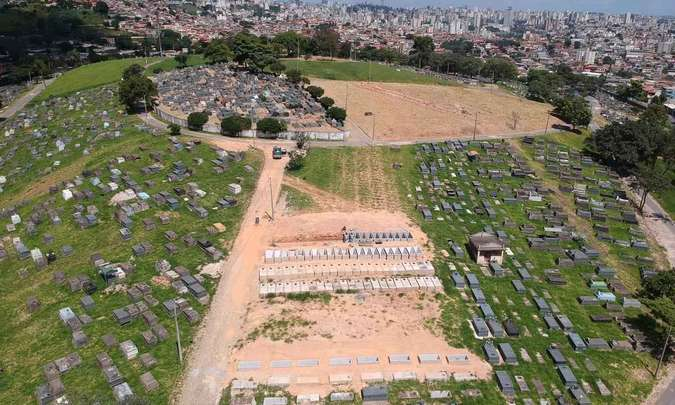 Trabalhadores da Prefeitura de BH atuam para ampliar espaço destinado a enterros na Região Leste da cidade.Mateus Parreiras/EM/D.A Press