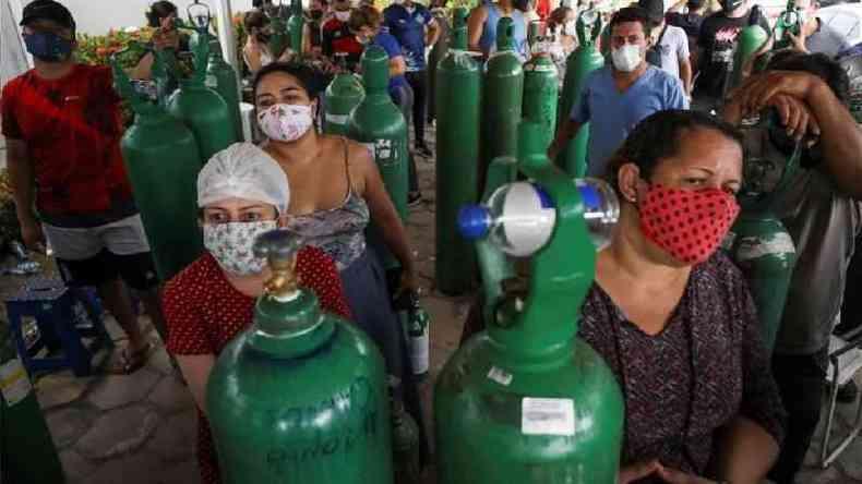 Parentes de pacientes com covid-19 em busca de cilindros de oxigênio em Manaus, em 18 de janeiro; segundo a PGR, as informações enviadas por Pazuello mostram que o ministro sabia com antecedência da possibilidade de colapso do sistema de saúde na cidade, e mesmo assim não agiu para evitar o agravamento da situação(foto: Reuters)