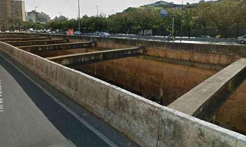 Opção pela fuga, saltando no leito do Arrudas, se transformou numa punição ao ladrão(foto: Google street view)