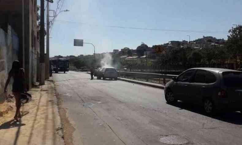 Carro pegou fogo na Avenida dos Andradas, no Bairro Alto Vera Cruz, Regi