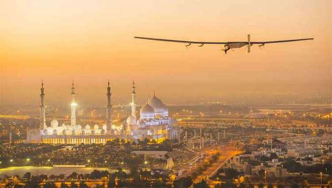 Solar Impulse voando sobre a Grande Mesquita Sheikh Zayed, na capital dos Emirados, Abu Dhabi (foto: AFP PHOTO / HO / Solar Impulse )