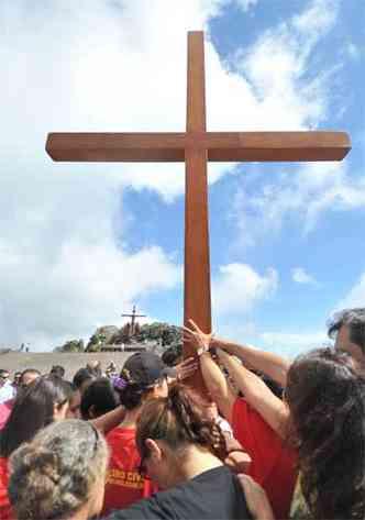 Ao chegar ao alto do morro, fiéis queriam segurar a cruz de madeira (foto: Alexandre Guzanshe/EM/D.A Press)