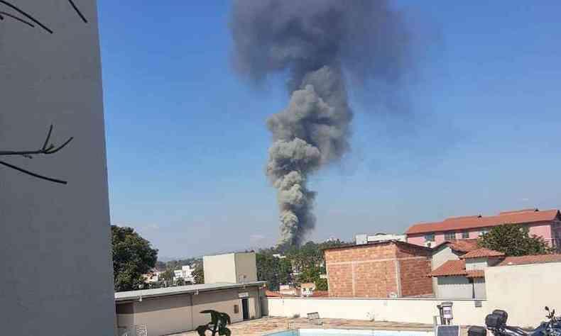 Coluna de fumaça do incêndio na empresa, no Bairro Cinco(foto: Anita de Carvalho/Divulgação)