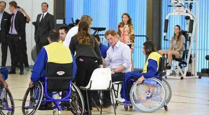 O príncipe conversou com médicos e pacientes do hospital Sarah Kubitschek(foto: Breno Fortes/Cb/DA Press)