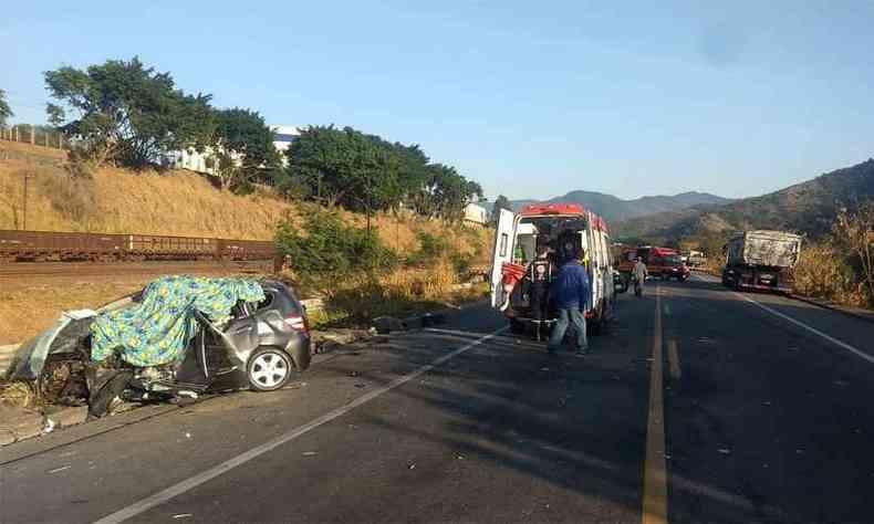 Casal e duas crianças seguiam no carro. Atrás deles estava o irmão do homem que morreu e outras pessoas da família(foto: Corpo de Bombeiros/Divulgação)