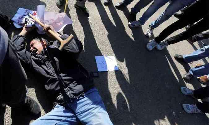 Homem reage à notícia da absolvição do ex-ditador Hosni Mubarak(foto: REUTERS/Mohamed Abd El Ghany )