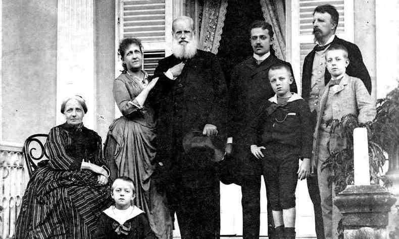 A família imperial na varanda da residência da princesa Isabel e do conde d'Eu, em Petrópolis, hoje Casa da Princesa, por volta de 1889(foto: Museu Imperial/Ibram/MinC)