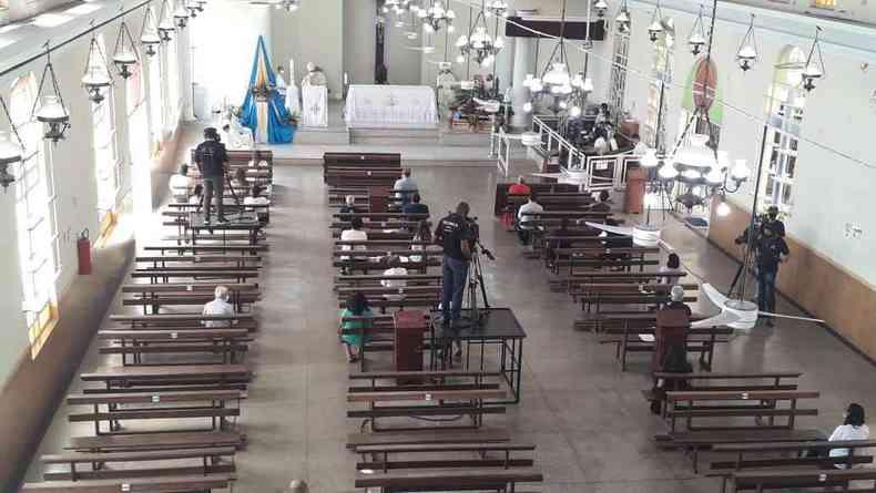 Com presença de poucos fiéis, missa foi celebrada em Contagem(foto: Jair Amaral/EM/D.A/Press)