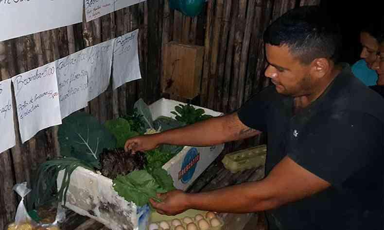 Fàbio volta à barraca da honestidade à noite para recolher o que sobrou da venda (foto: Marcos Alfredo)