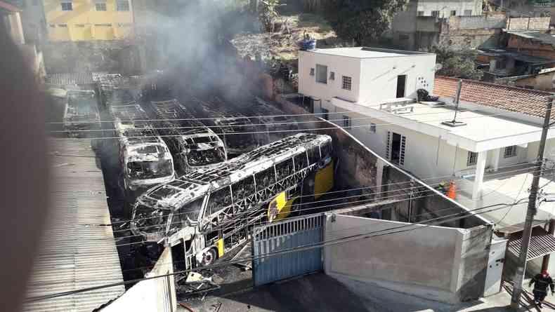 Incêndio em garagem no Bairro Aparecida. Moradores do entorno do estabelecimento tiveram que ser evacuados.(foto: Jair Amaral/EM/D.A.Press)