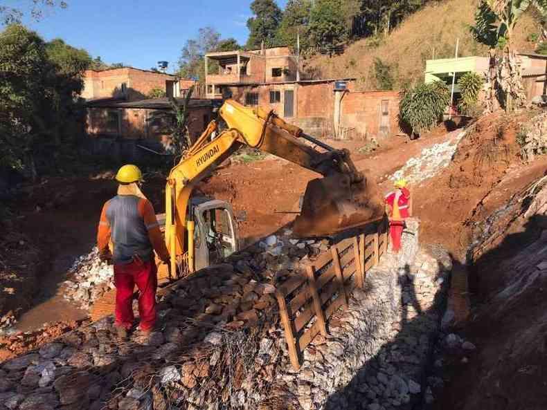 Operários erguem uma das barreiras contra rejeitos em Barão de Cocais(foto: Prefeitura Municipal de Barão de Cocais)