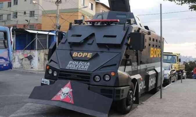 Veículo blindado ficou estacionado na Praça do Cardoso pronto para ser usado em situação crítica(foto: Túlio Santos/EM/D.A.Press)