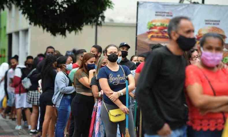 A fila para pegar o sanduíche dobrou o quarteirão, na Região Centro-Sul de BH (foto: Alexandre Guzanshe/EM/DA PRESS)