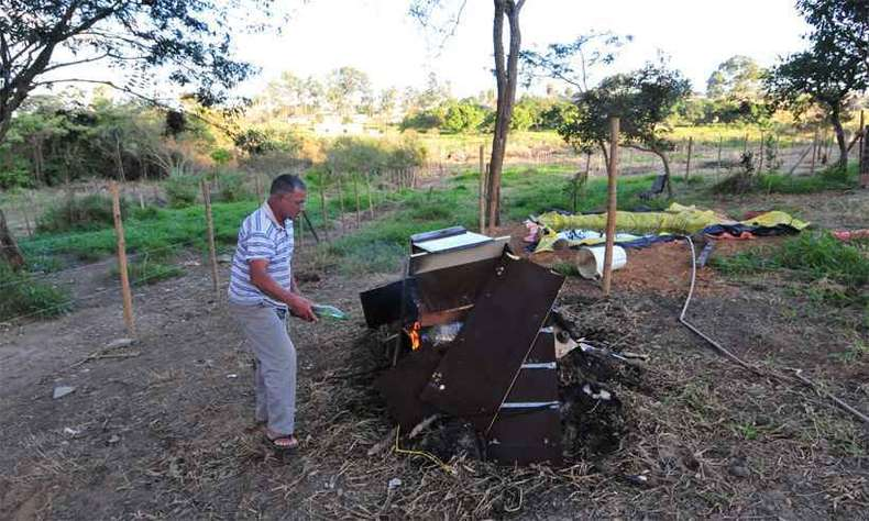 Antônio Santana, que perdeu dois irmãos, uma sobrinha e o neto, queimou entulho para tentar conter a proliferação do carrapato-estrela, transmissor da doença(foto: Gladyston Rodrigues/EM/D.A Press )