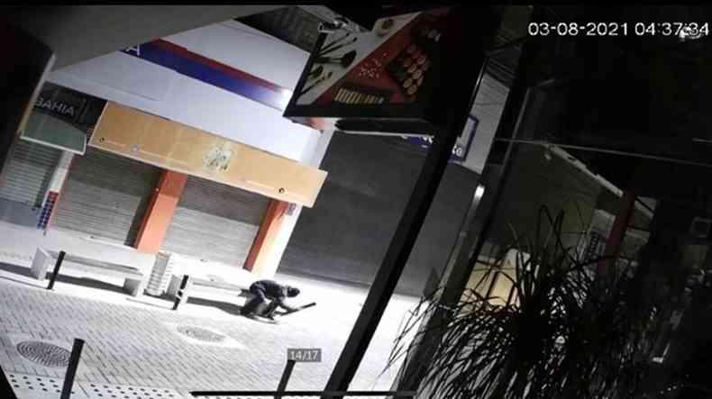 Câmeras de segurança flagram homem retirando balizadores da rua para roubar fiação(foto: Reprodução de vídeo)