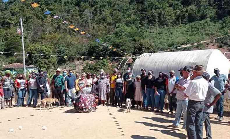 Moradores da comunidade quilombola de Moinho Velho e visitantes, perto da caixa d'água que vai levar água potável a todos(foto: MPMG/Divulgação)