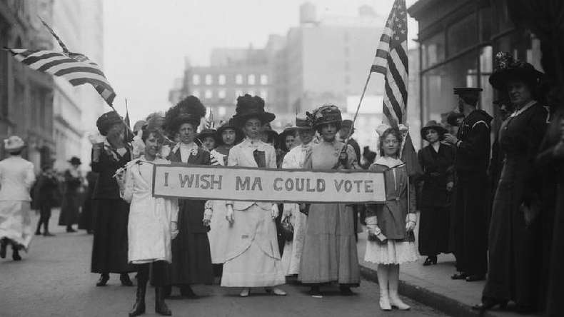 Em 1913, as mulheres já protestavam pelo direito de votar nos Estados Unidos; nessa época, eram frequentes os protestos também por melhores condições de trabalho(foto: Getty Images)