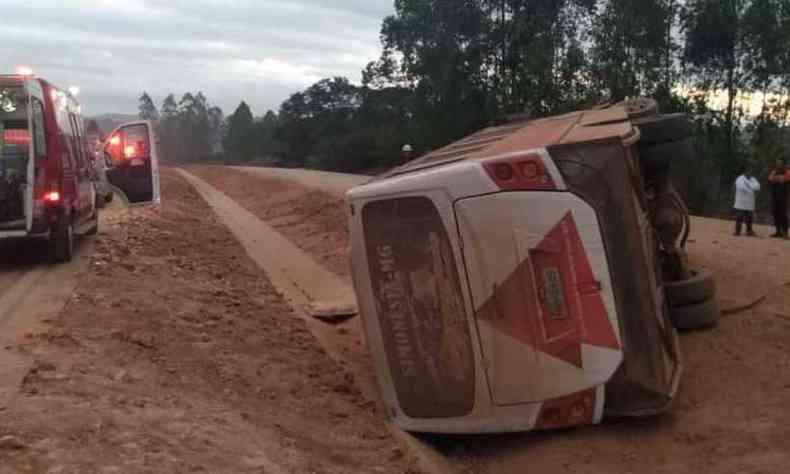 Veículo tombou na altura do Km 391 da BR-381(foto: Corpo de Bombeiros/Divulgação)