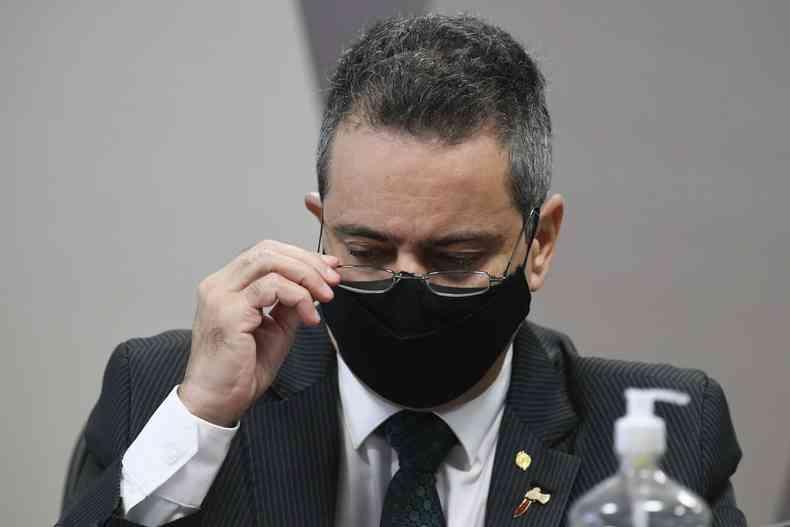 À mesa, ex-secretário-executivo do Ministério da Saúde, coronel Antônio Elcio Franco Filho(foto: Edilson Rodrigues/Agência Senado )