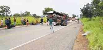 Depois do impacto, coletivo ficou no meio da rodovia, sobre a faixa que indica ultrapassagem proibida(foto: Sidiney Domingos de Melo/Portal Felixlândia)