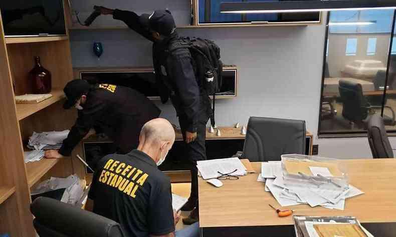 Equipe em cumprimento de mandado nesta quarta(foto: MPMG/Divulgação)