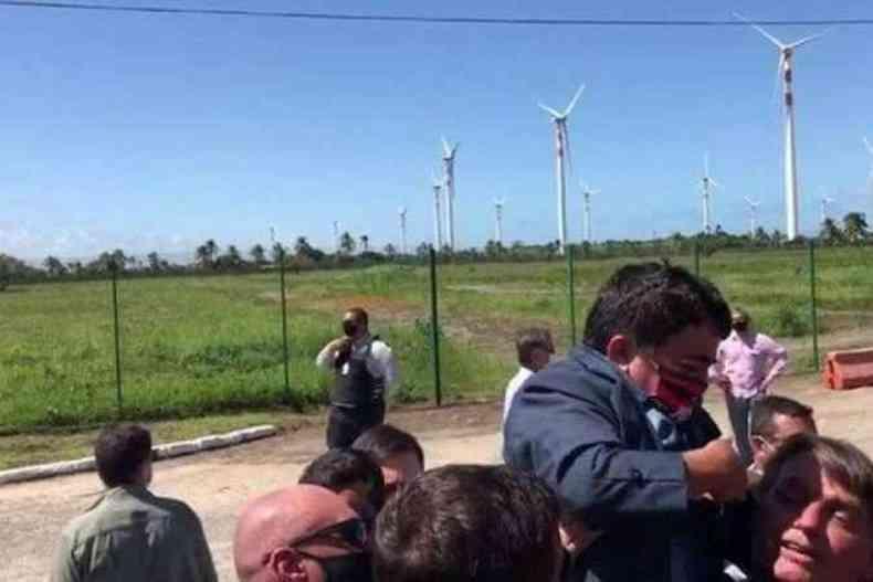 Bolsonaro carregou um anão durante visita a Sergipe(foto: Twitter/Reprodução)