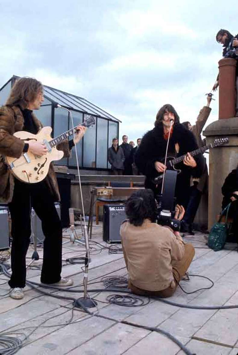 John Lennon e George Harrison no Apple rooftop concert(foto: The Beatles.com/reprodução)