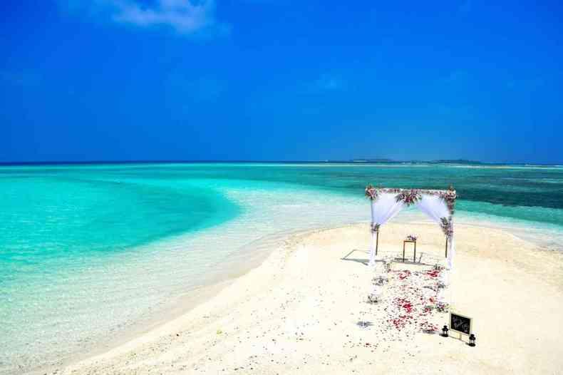 Banco de areia branca e mar de águas azul-turquesa nas Ilhas Maldivas formam o cenário perfeito para uma celebração de casamento (foto: Piels)