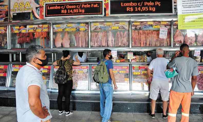Etevaldo Pereira (E) analisa preços em açougue de BH: 20% dos mineiros deixaram de comer carne por causa dos aumentos
