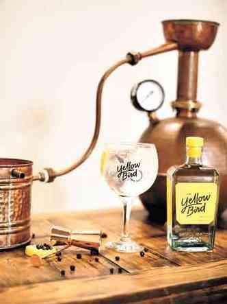 A garrafa de vidro reciclado com design exclusivo, se tornou um dos diferenciais do gim Yellow Bird (foto: Joana Costa/Divulgação)