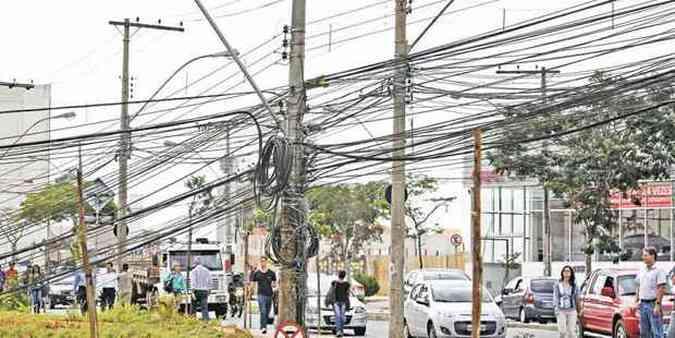 Excesso de fios na Avenida Raja Gabáglia, esquina com Rua Gentios, que mais parece um esquema de gambiarras, é exemplo de como a capital dependerá desse sistema por muito tempo ainda(foto: Juarez Rodrigues/EM/D.A Press)