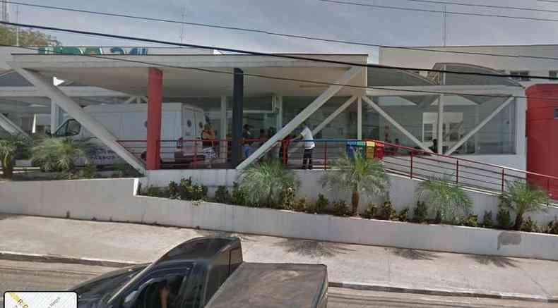 Na UPA, em Passos, 13 pessoas aguardavam na fila por um leito(foto: Google Street View/Reprodução)