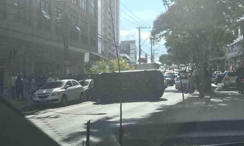 Veículo parou com duas rodas para o alto(foto: Clarice Campolina)