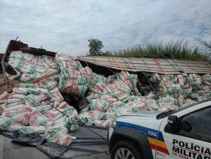 Acidente na BR-262 com carreta carregada com farinha terminou em uma ocorrência de tráfico. Sob a carga, estavam escondidos vários pacotes de maconhaPolícia Militar/Divulgação