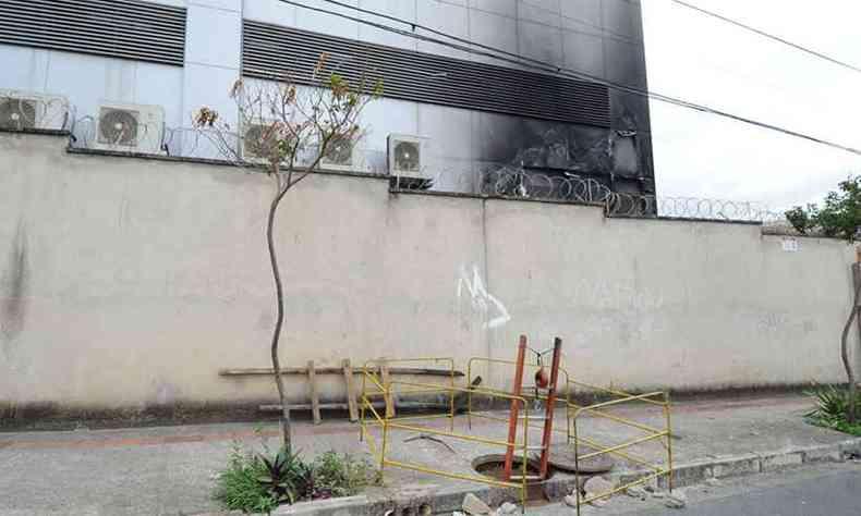 Uma escada de madeira improvisada foi encontrada no acesso aos cabos subterrâneos(foto: Juarez Rodrigues/EM/DA Press)