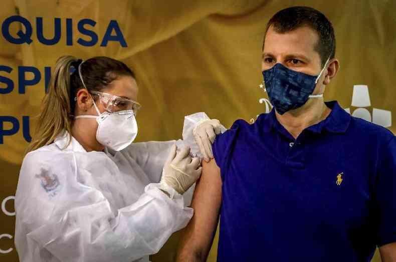 Profissional de saúde aplica vacina da farmacêutica chinesa Sinovac Biotech em voluntário de teste do imunizante em Porto Alegre, em 8 de agosto de 2020 ( AFP / Silvio Avila)