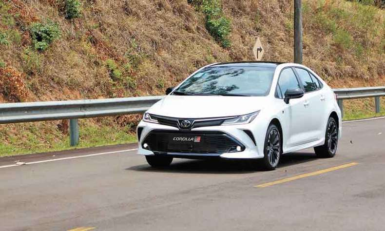 Com inspiração nos carros da Stock Car, o Corolla GR-S traz estilo mais esportivo, com detalhes em preto(foto: Toyota/Divulgação)