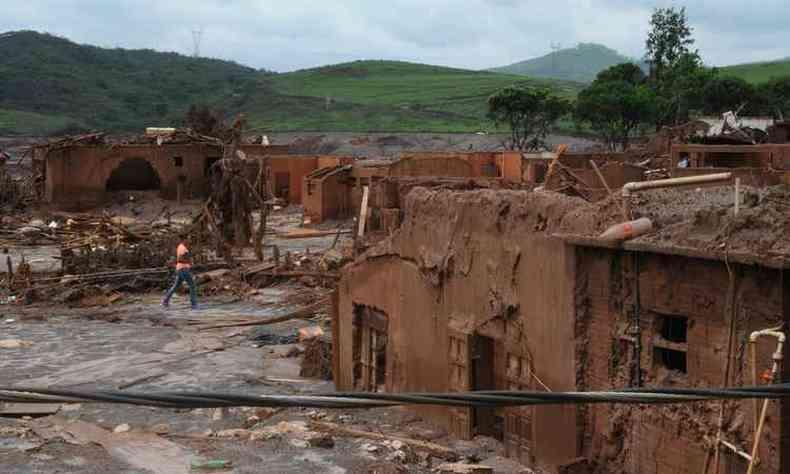 Além de matar 19 pessoas, o tsunami de lama arrasou localidades e percorreu mais de 600 km pelo Rio Doce até chegar ao Oceano Atlântico, no litoral capixaba(foto: Túlio Santos/ EM/ D.A Press)