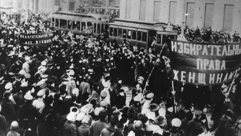Na Rússia, em 1917, milhares de mulheres foram às ruas contra a fome e a guerra; a greve delas foi o pontapé inicial para a revolução russa e também deu origem ao Dia Internacional da Mulher(foto: Getty Images)