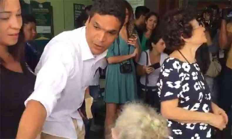 Daciolo encontrou cadeirante na entrada da seção eleitoral, no Rio, e a ajudou a chegar ao local de votação(foto: Reprodução da internet/Twitter/SBT Rio)
