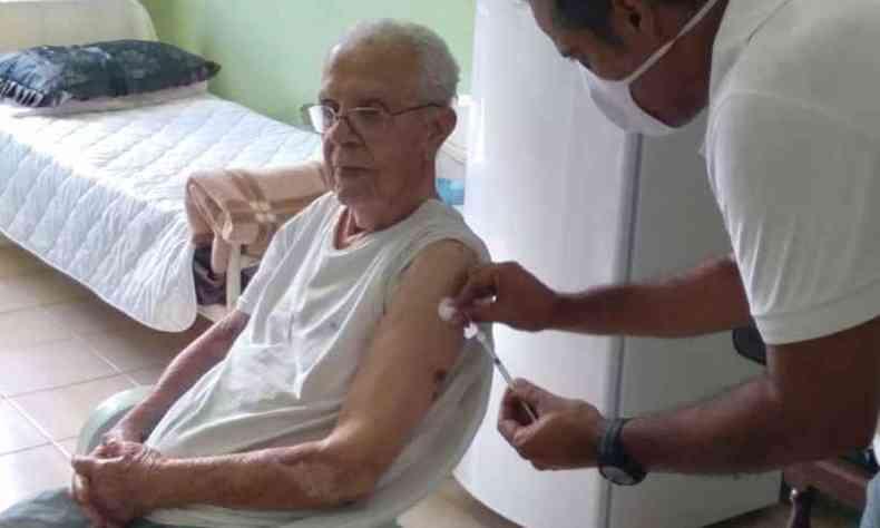 Escritor de 97 anos, José Magalhaes Brandão agradeceu pelo imunizante e destacou os cuidados na instituição que o acolheu em Montes Claros (foto: Marco Túlio Miranda Araújo/Asilo São Vicente de Paulo/ Divulgação )