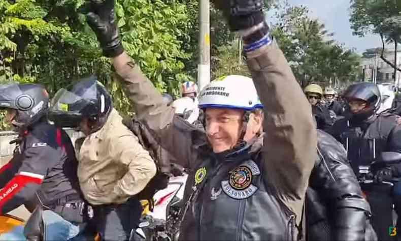 Presidente Jair Bolsonaro (sem partido) em motociata neste sábado (12/6) em São Paulo(foto: Reprodução/Youtube)