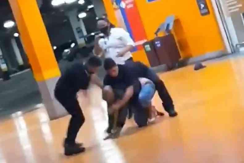 Na Semana da Consciência Negra, homem negro foi brutalmente espancado e morto por seguranças do Supermercado Carrefour em Porto Alegre (RS)(foto: Reprodução Twitter)