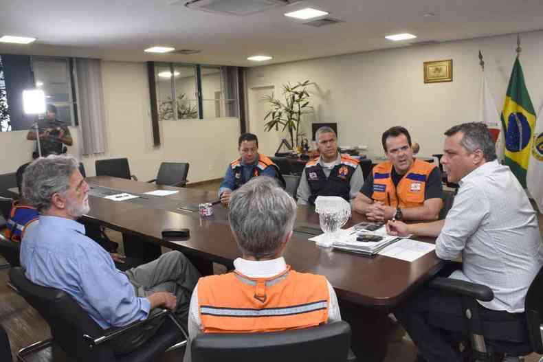 No início da semana, autoridades se reuniram com o prefeito de Contagem, Alex de Freitas, para definir decreto de emergência(foto: Divulgação/Prefeitura de Contagem)